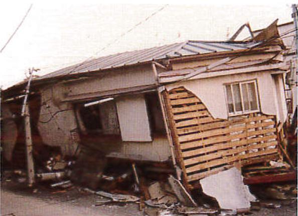 金属の軽い屋根も倒壊